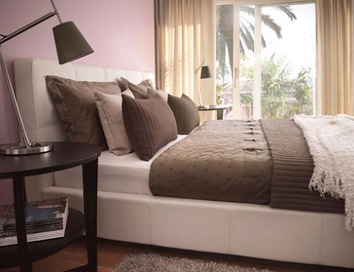 Se trata de una cama con chapa de madera en tono haya Su precio es