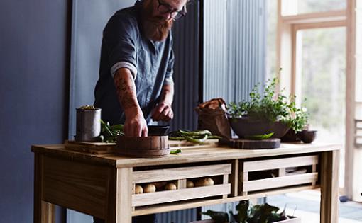 Ikea SKOGSTA para cocinas nórdicas con muebles de madera - mueblesueco